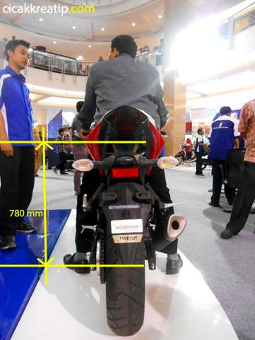 yamaha-r25-tinggi-tempat-duduknya-cocok-banget-untuk-postur-orang-indonesia