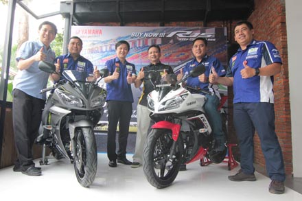 Manajemen PT Yamaha Indonesia Motor Manufacturing (YIMM) dalam press conference YZF-R15 Ohlins Special Edition & YZF-R15 Color Change (tampak YZF-R15 Speed Grey & YZF-R15 Supernova White)