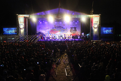 Keramaian penonton menyaksikan Rhoma Irama dan band Soneta tampil dalam event Blue Core Yamaha Motor Show dan soft launching Mio Z