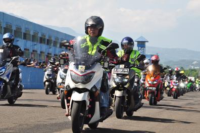 Seribuan Nmax komunitas victory lap di event Yamaha Sunday Race & Jambore Varian Nmax - HUT JMO di Sentul International Circuit (3)