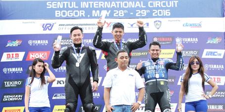 Benny Saputra (kiri) di podium seri 5 kelas Superstock up to 1000 cc Yamaha Sunday Race 2016 (1)
