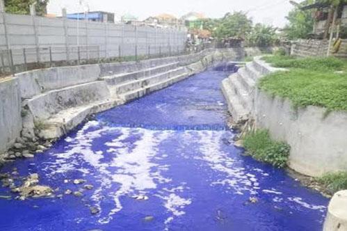 sungai-di-surabaya-airnya-berwarna-biru