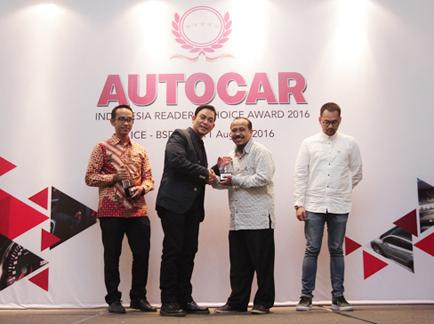 Mohammad Masykur Asisten GM Marketing PT Yamaha Indonesia Motor Manufacturing menerima penghargaan untuk Yamaha dari Majalah Autocar