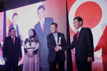 Penghargaan Eksportir Terbaik 2016 untuk PT Yamaha Indonesia Motor Manufacturing diterima Mujiyo (kanan) - Manager Export-Import PT YIMM