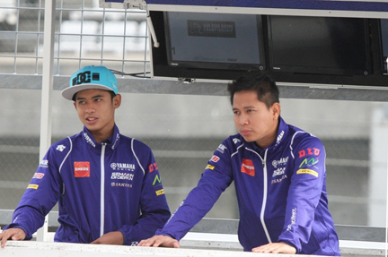 WAHYU RUSMAYADI (KANAN), MANAJER TIM YAMAHA RACING INDONESIA (YRI). Bersama rider Galang Hendra Pratama
