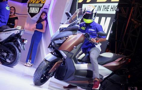 galang-hendra-menunggangi-xmax-di-indonesia-motor-show-imos-2016