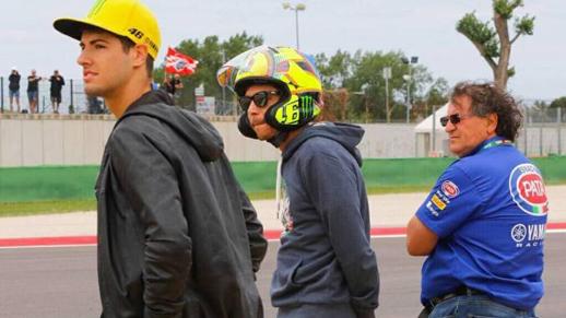 Rossi-nonton-WSBK-Misano-pakai-helm